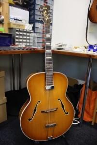 kitarahuolto bassohuolto espoo guitarworx 1953 Levin Archtop Kent Armstrong jazz humbucker volapotikka uusi viritinkoneisto